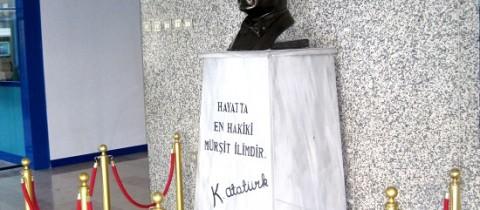 Atatürk Köşesi Bariyerleri